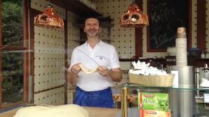 Brezelbäcker beim Formen einer Brezel
