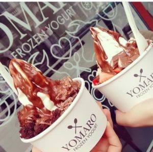 Zweimal Frozen-Yogurt mit Schokoladen-Topping