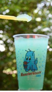 blaues Slushy mit Strohhalmlöffel
