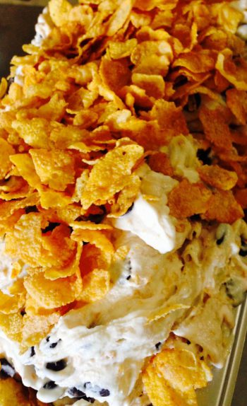 Milchspeiseeis mit Cornflakes